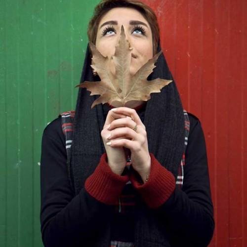 عکس دختر با برگ پاییزی