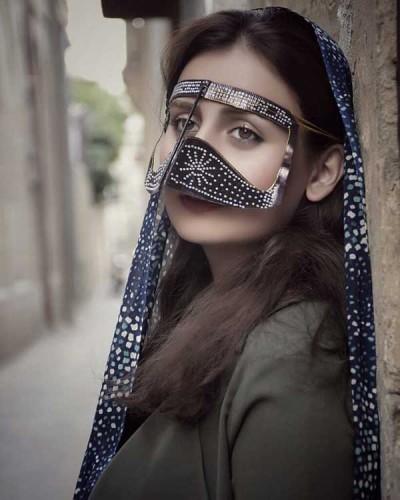 دختر با نقاب قاجاری