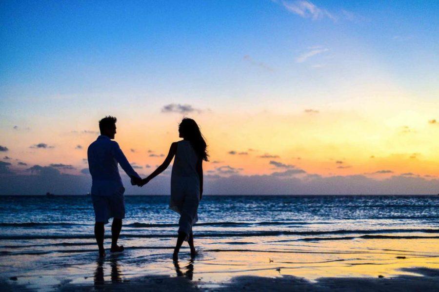 عکس پروفایل دو نفره خاص کنار دریا در دست هم با متن عاشقانه و زیبا
